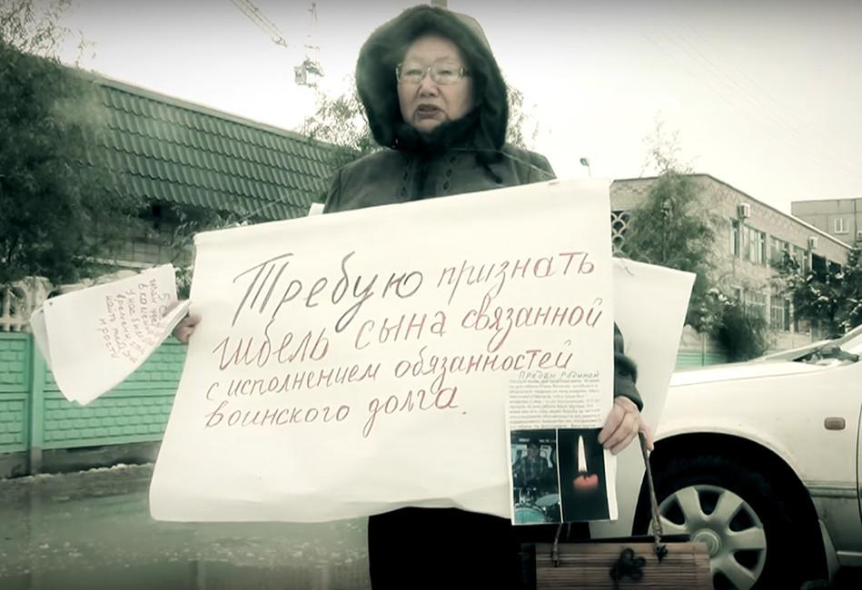 Одиночный пикет Галины Шутовой уздания Следственного комитета вМоскве. Кадр: Youtube
