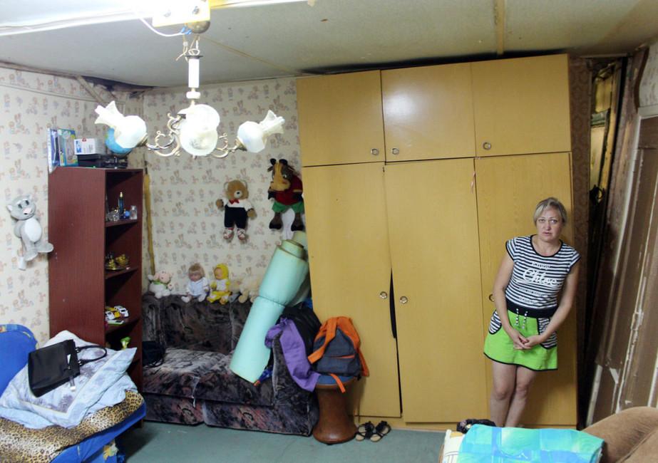 Жанна Белик всвоей квартире скривыми полом ипотолком, 1августа 2016года. Фото: Лена Новоселова
