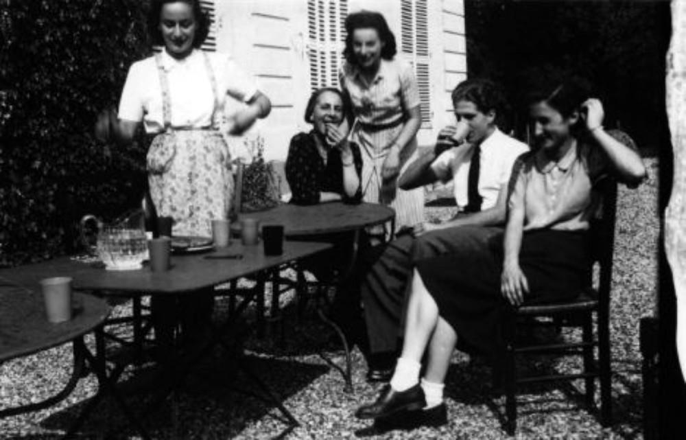 Сдева-направо: Элен, еемама Антуанета, сестра Дениз, деверь сестры Жан Моравецки иЖаклин Жоб удома семейства вАубергенвилле, 1942 год