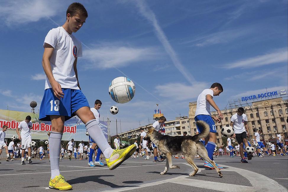 Волгоградский подросток чеканит мяч. Фото: Дмитрий Рогулин/ ТАСС