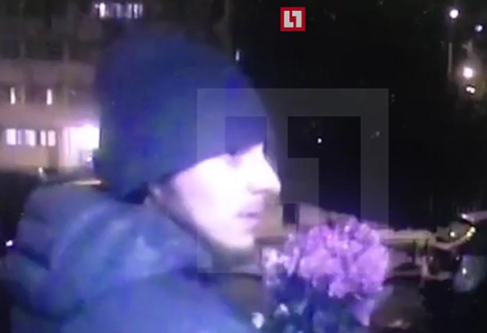 Напавший наСергея Мохова. Кадр: Lifenews