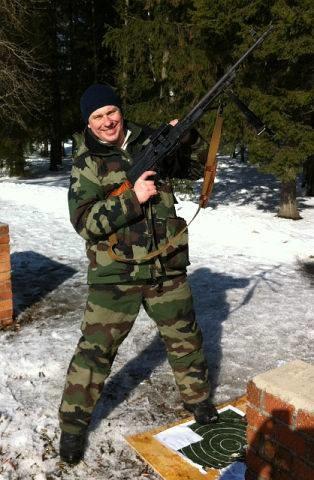 Виталий Болдашев непротив покрасоваться соружием. Фото: odnoklassniki.ru