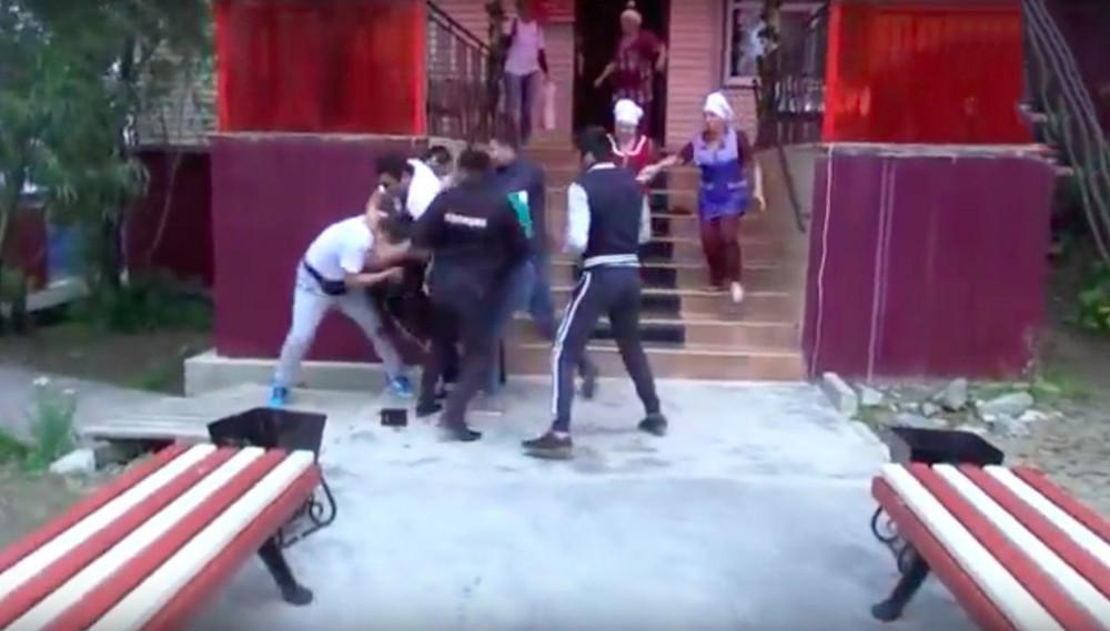 Драка съемочной группы «Ревизорро» ссотрудниками кафе «Виктория» вСалехарде. Кадр: Youtube