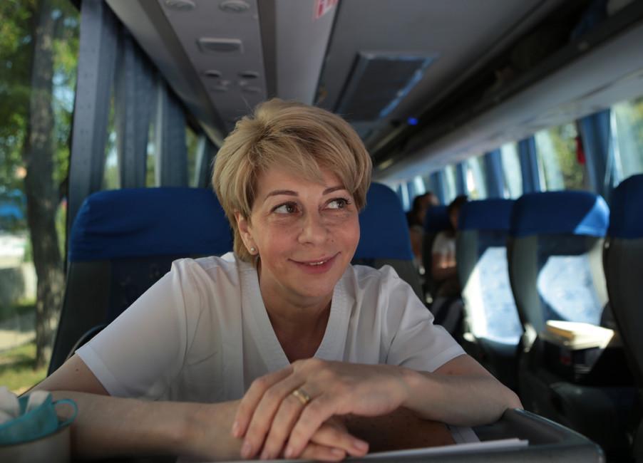 Елизавета Глинка (Доктор Лиза) вавтобусе перед отправкой 13тяжелобольных детей изДНР налечение вРоссию. Фото: Михаил Соколов/ ТАСС