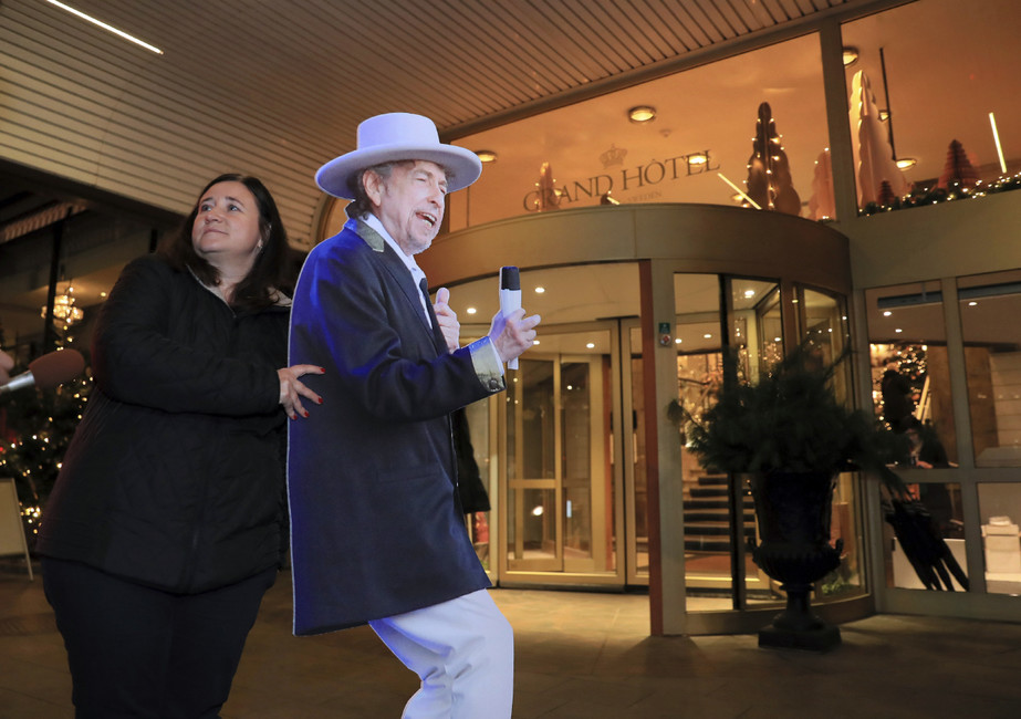 Около отеля, где останавливаются лауреаты нобелевской премии вСтокгольме. Фото: The Yomiuri Shimbun/ AP/ East News
