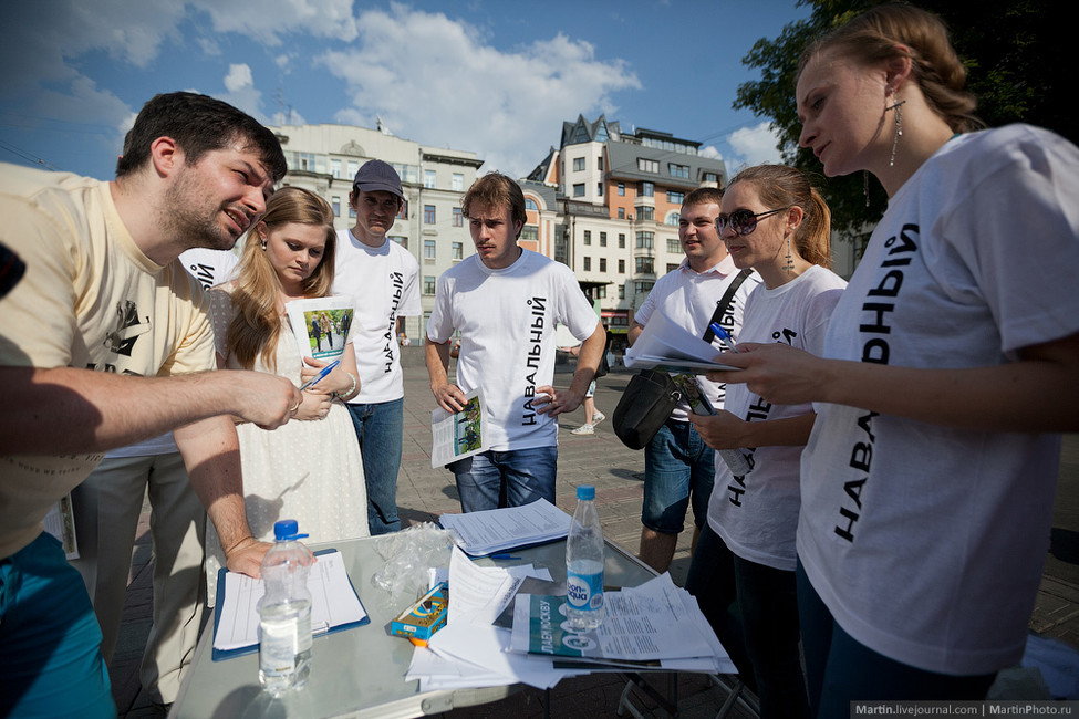 Волонтеры отизбирательного штаба Алексея Навального. Фото: Георгий Малец/ martin.livejournal.com