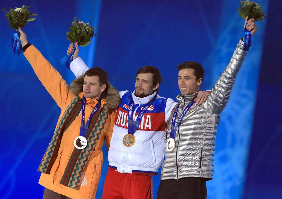 Мэттью Энтуан, завоевавший бронзовую медаль, Александр Третьяков, завоевавший золотую, иМартинс Дукурс, завоевавший серебряную медаль насоревнованиях поскелетону наXXII зимних Олимпийских игр. Фото: Руслан Шамуков/ ТАСС