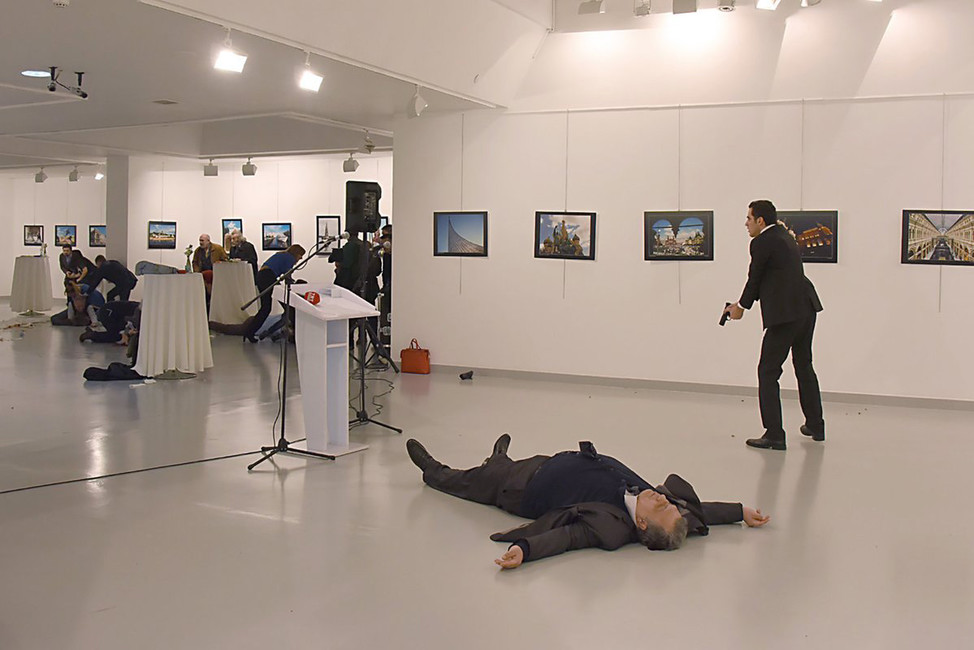 Убийца рядом стелом российского посла вАнкаре Андрея Карлова. Источник: Twitter