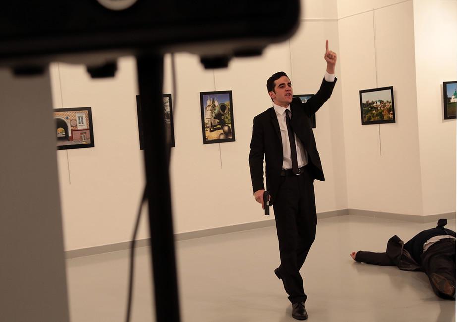 Убийца рядом стелом Андрея Карлова. Фото: Burhan Ozbilici/ AP/ East News