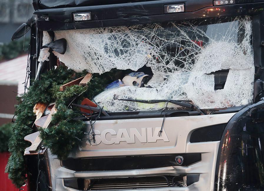 Грузовик, въехавший втолпу людей нарождественской ярмарке вБерлине. Фото: Markus Schreiber/ AP/ East News