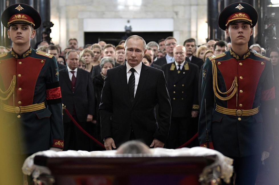 Владимир Путин нацеремонии прощания спослом России вТурции Андреем Карловым. Фото: Алексей Никольский/ Sputnik/ Reuters