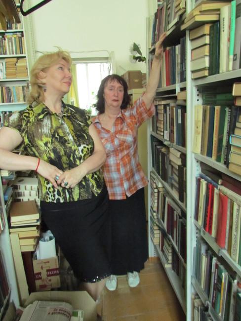 хранительницы народной библлиотека Ирина Кузакова иЛариса Суворова
