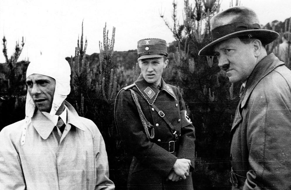Йозеф Геббельс (крайний слева) иАдольф Гитлер (крайний справа). Фото: Berliner Verlag/ AP/ East News