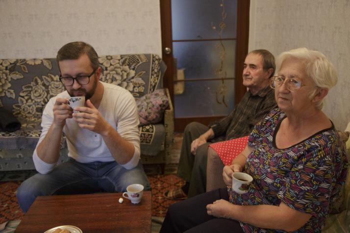 Нариман Джеляль сродителями зачашкой кофе дома вПервомайском вКрыму Фото: Emine Ziyatdinova/ politico.eu
