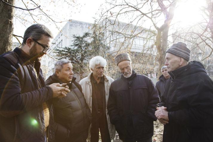 Нариман Джеляль (слева) возле верховного суда республики Крым вСимферополе Фото: Emine Ziyatdinova/ politico.eu