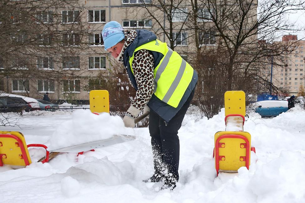 Сотрудник ЖКС очищает отснега детскую площадку, Санкт-Петербург. Фото: Светлана Холявчук/ Интерпресс/ ТАСС