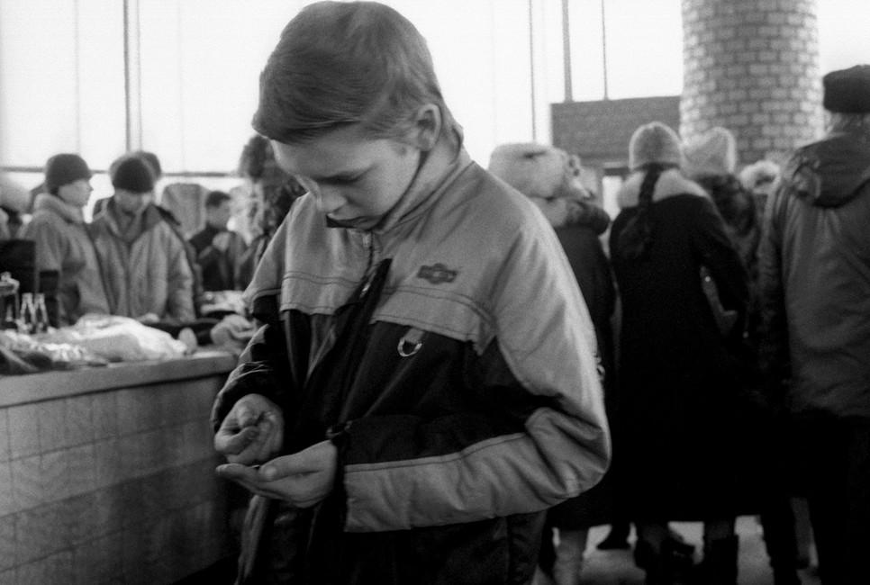 Покупатели нарынке города Троицка, 1992год. Фото: Жуков Вадим/ Фотохроника ТАСС