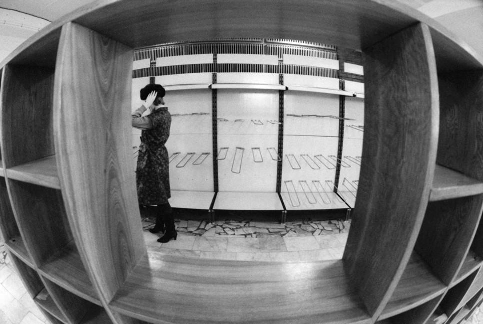 Пустые полки магазина, 1992год. Фото: Жуков Вадим/ Фотохроника ТАСС