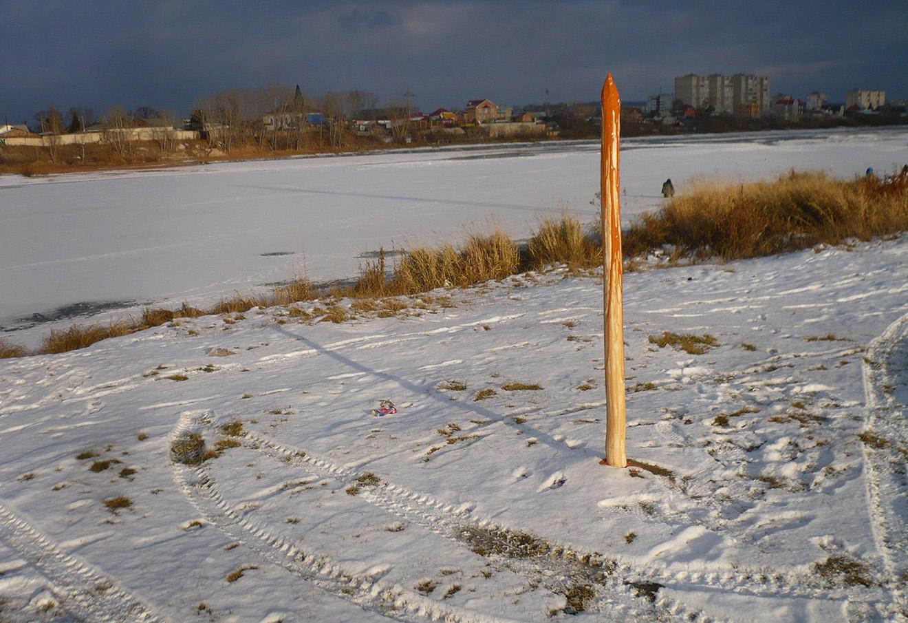 «Памятник» Ивану Грозному в виде деревянного кола на берегу реки Кан. Фото: Владислав Гультяев / «ВКонтакте»