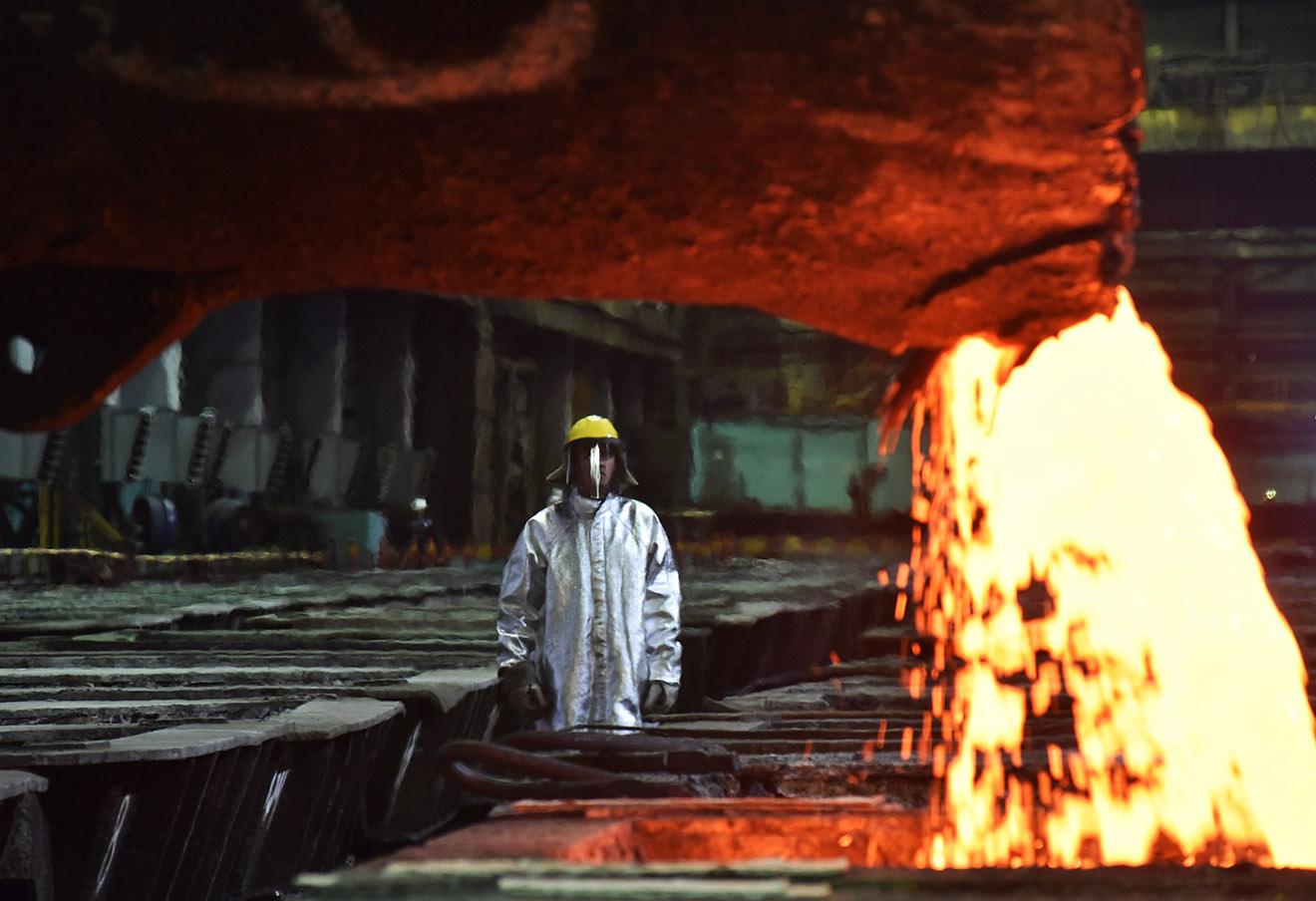 Розлив файнштейна (полуфабрикат цветных металлов) на металлургическом заводе «Надежда». Фото: Денис Кожевников / ТАСС