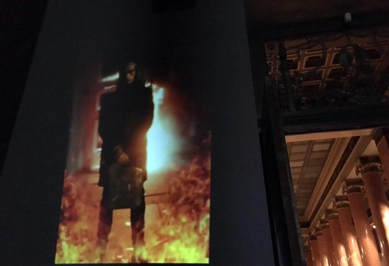 Во время награждения победителей премии «Инновация» в Пушкинском музее художник и журналист Матвей Крылов спроецировал на стену видео с акцией Петра Павленского «Угроза». Фото: ГЦСИ / Facebook
