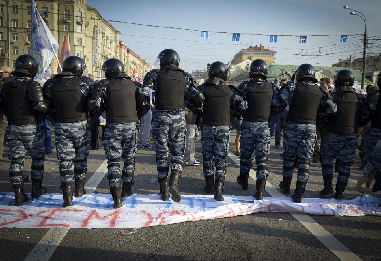 Сотрудники правоохранительных органов во время акции «Марш миллионов» на Болотной площади.