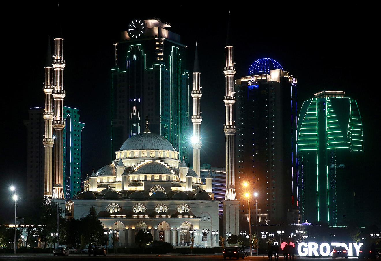 Вид на мечеть «Сердце Чечни» имени Ахмата Кадырова и «Грозный Сити». Фото: Сергей Фадеичев / ТАСС