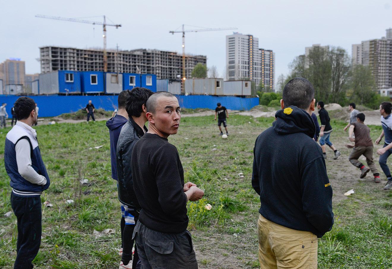 Гастарбайтеры играют в футбол в микрорайоне Мурино Ленинградской области.