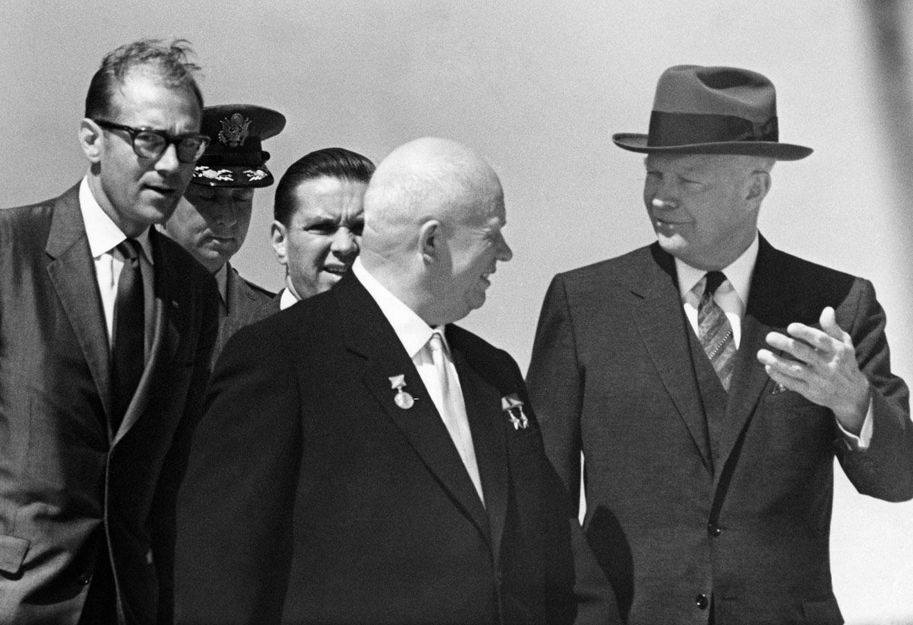 Никита Хрущев и Дуайт Эйзенхауэр (слева направо на первом плане) на аэродроме Эндрюс близ Вашингтона, 1959 год.