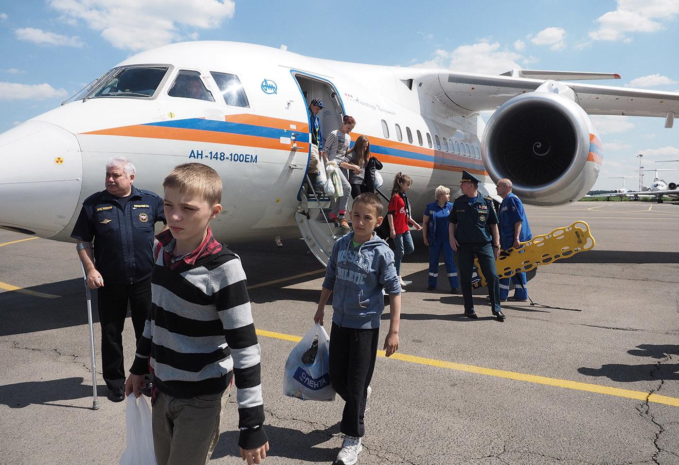 Дети, спасенные на озере Сямозеро в Карелии, у самолета Ан-148 МЧС России в аэропорту Внуково-3.