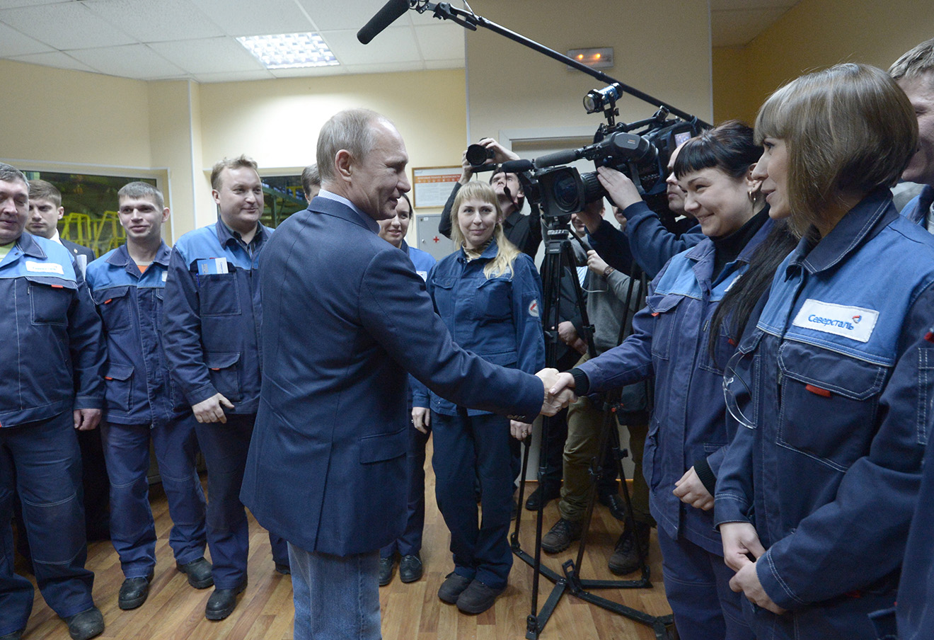Владимир Путин во время посещения Череповецкого металлургического комбината.