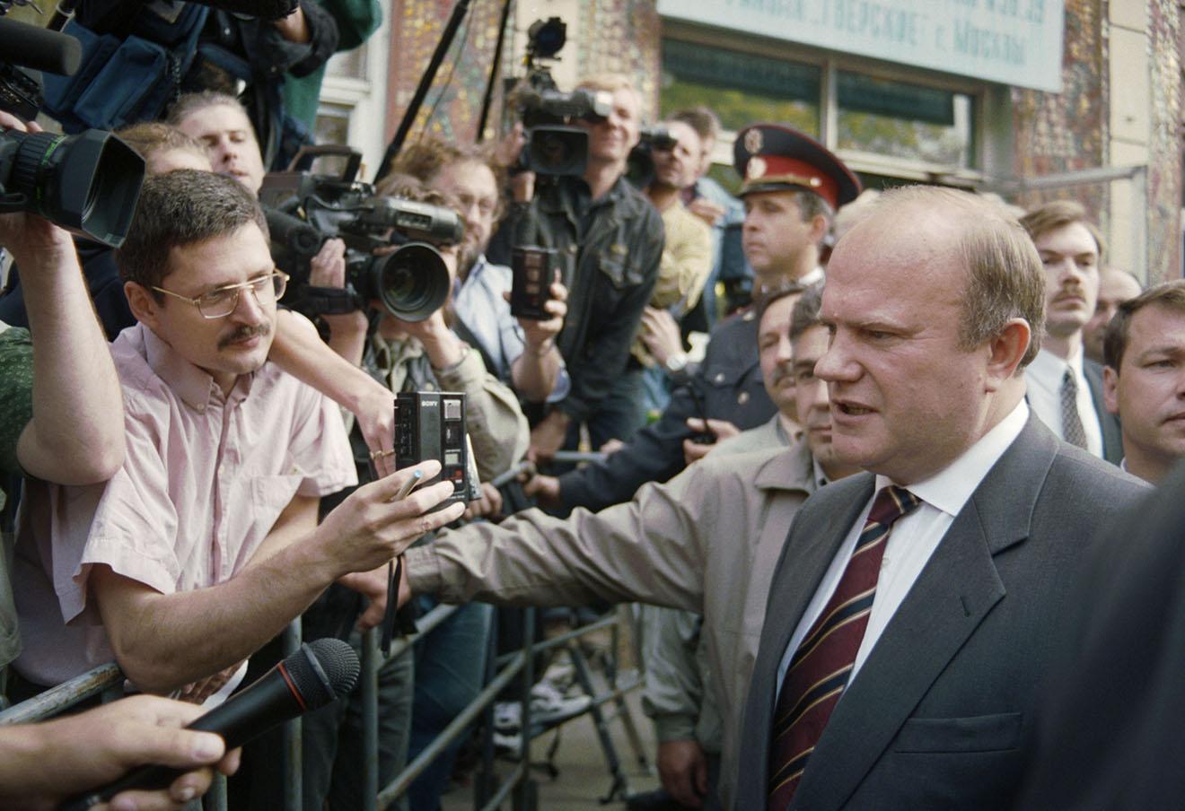 Геннадий Андреевич Зюганов после голосования в ходе второго тура президентских выборов, 1996 год. Фото: Кузьмин Валентин / Фотохроника ТАСС