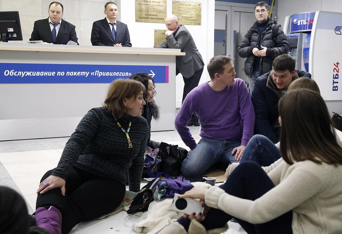 Участники акции протеста валютных заемщиков в здании банка ВТБ24 с требованием пересмотреть условия их договоров в связи с падением курса рубля, 25 января 2016 года.
