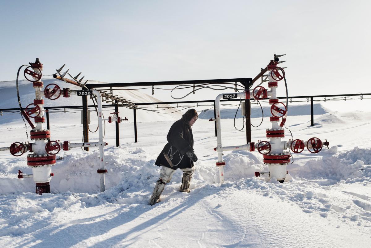 Валерий Вэкович осматривает нефтяную скважину.