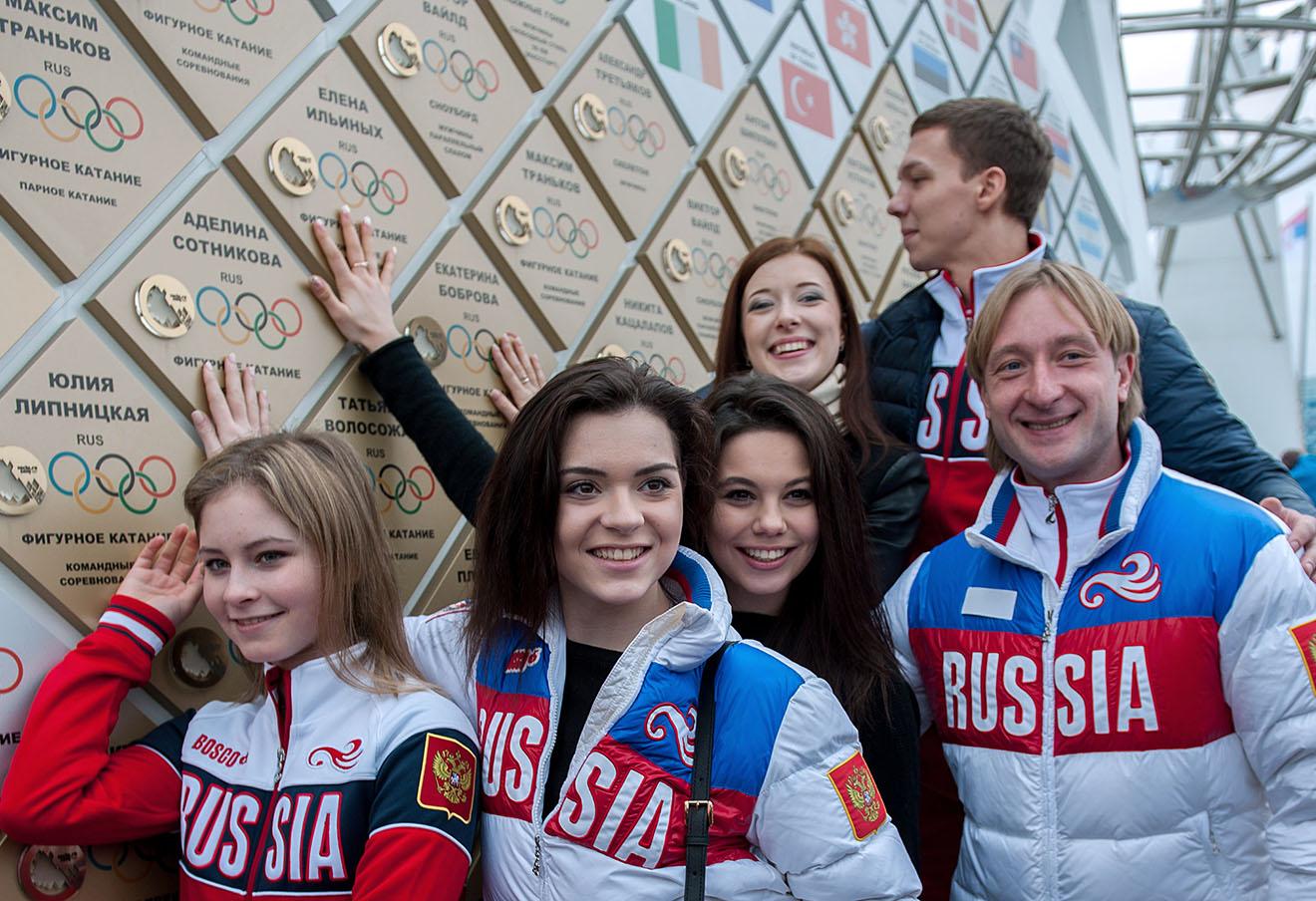 Российские фигуристы на открытии скульптурной композиции «Стена чемпионов Игр» в Олимпийском парке в Сочи.