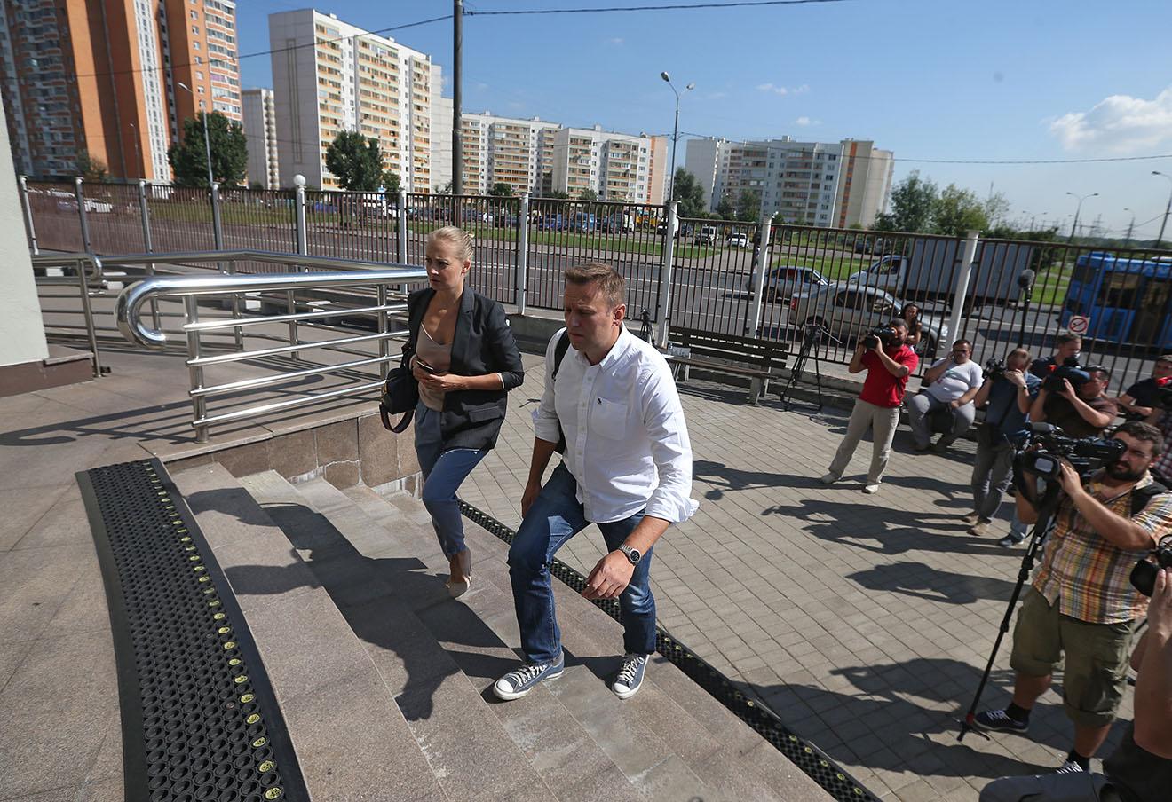 Алексей Навальный с супругой Юлией перед началом слушания у здания Люблинского суда.