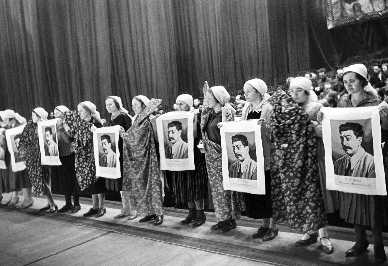 Работницы Трехгороной мануфактуры на заседании, посвященном Международному женскому дню, 1935 год.