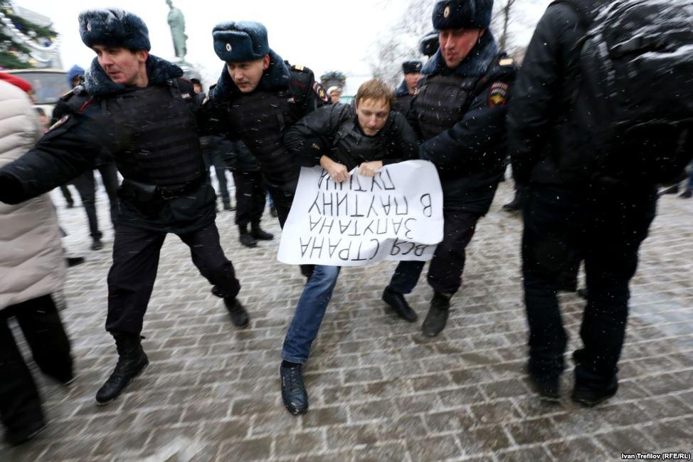 Задержание активиста на Пушкинской площади Москвы.