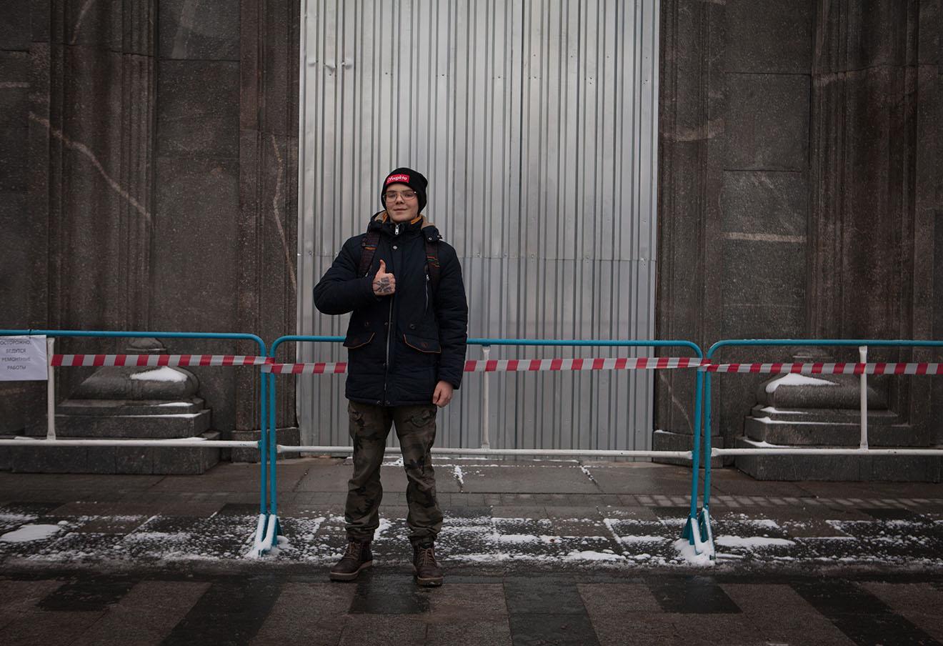 Глеб Астафьев у двери, которую поджег Петр Павленский.
