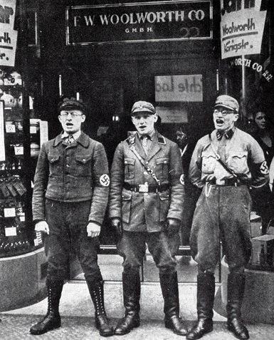 Члены Союза немецких офицеров перекрывают вход в берлинский магазин Woolworth's, 1930 год