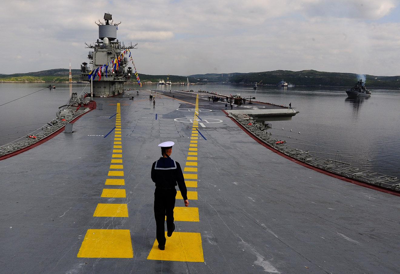 «Адмирал Кузнецов» во время военно-морского парада в День ВМФ России, 2014 год.