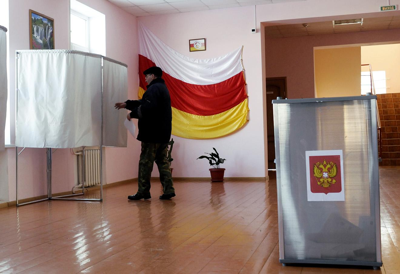 Гражданин России в Южной Осетии во время голосования на выборах в Госдуму на избирательном участке, 2011 год. Фото: Максим Тишин / ТАСС