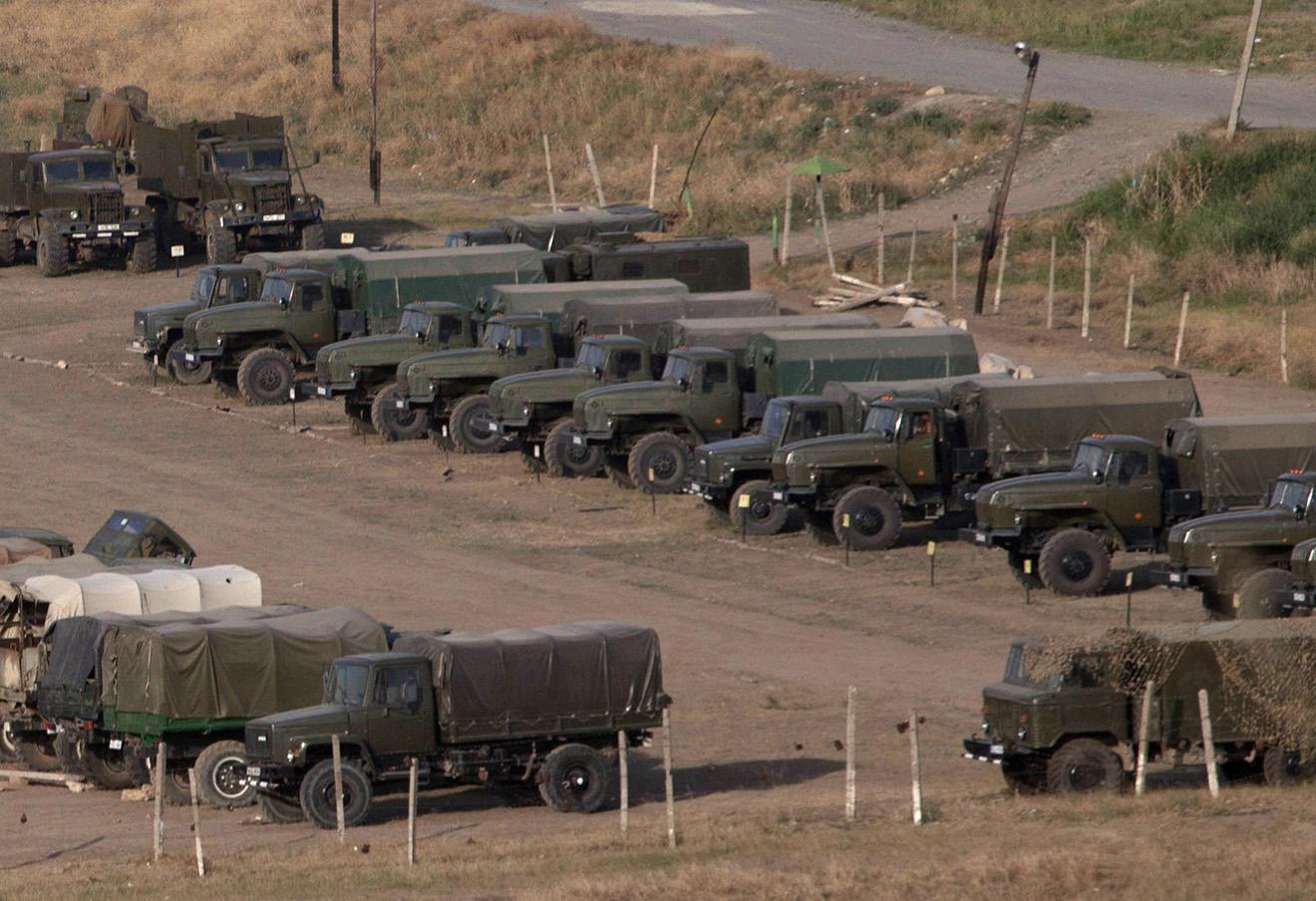 Стоянка военной техники на демаркационной линии со стороны Армении, 2012 год.
