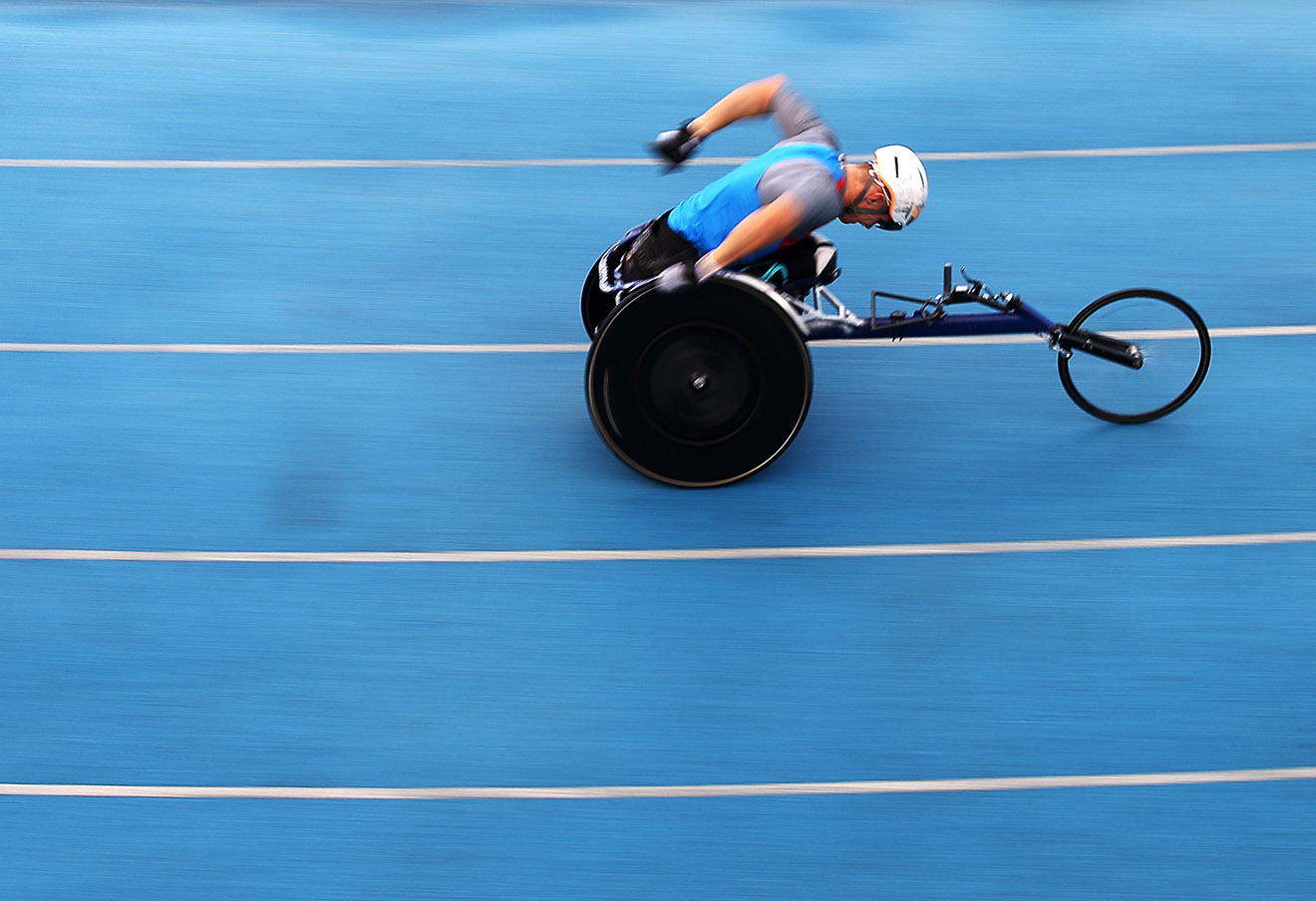 Спортсмен во время соревнований по легкой атлетике на Открытых всероссийских соревнованиях по видам спорта, входящих в программу Паралимпийских игр, 8 сентября 2016 года. Фото: Артем Коротаев / ТАСС