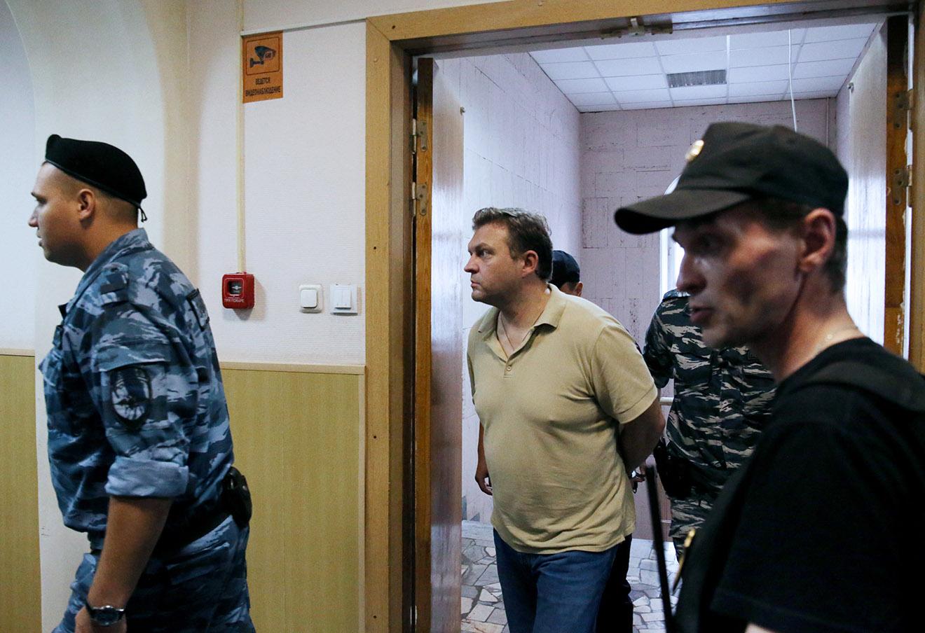 Никита Белых (в центре) перед рассмотрением ходатайства о продлении срока ареста в Басманном районном суде. Фото: Вячеслав Прокофьев / ТАСС