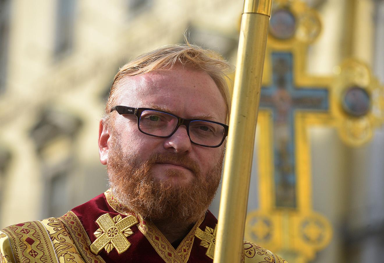 Виталий Милонов во время крестного хода на Невском проспекте. Фото: Сергей Николаев / ТАСС