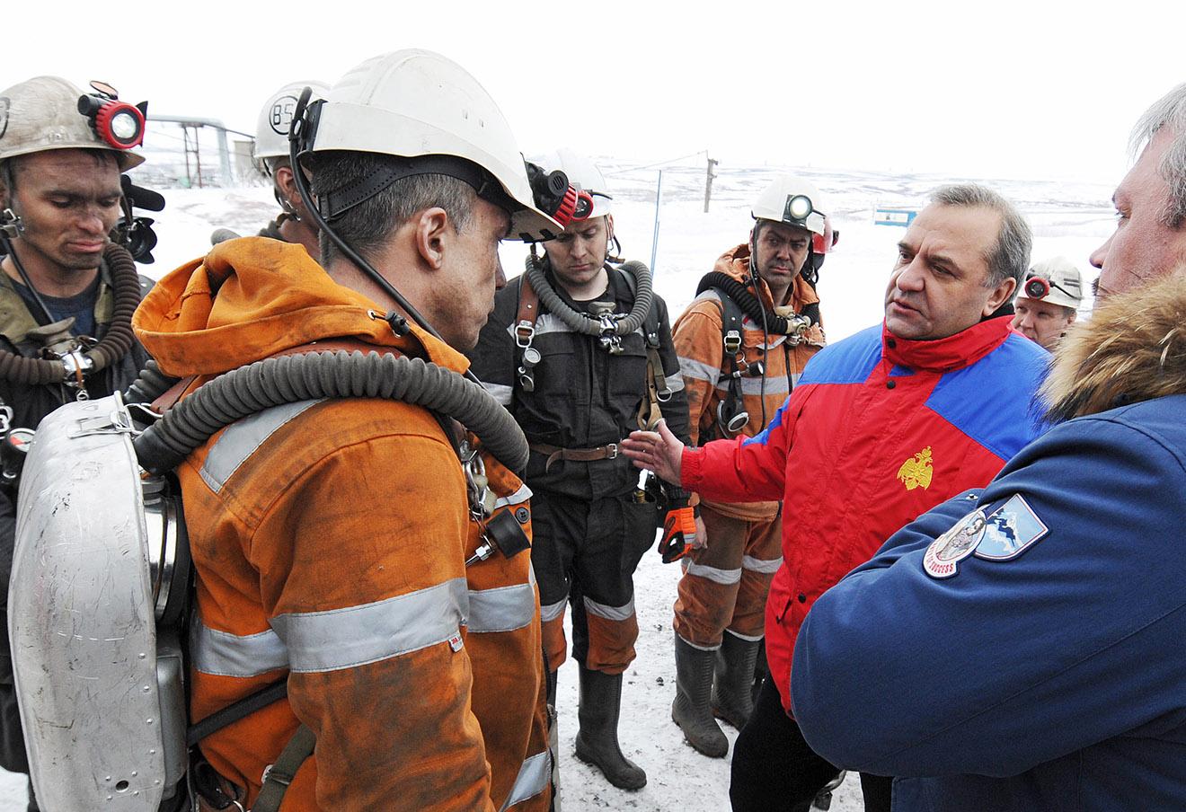 Глава МЧС РФ Владимир Пучков (второй справа) у шахты «Северная».