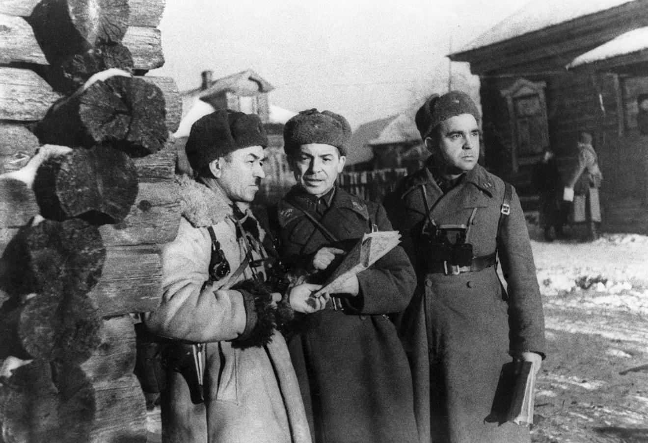 Командующий 316-й стрелковой дивизии генерал-майор Иван Панфилов с офицерами своего штаба.