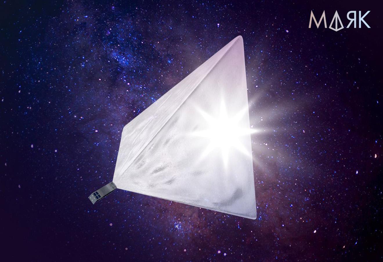 Развернутый отражатель пирамидальной формы и прямоугольный спутник
