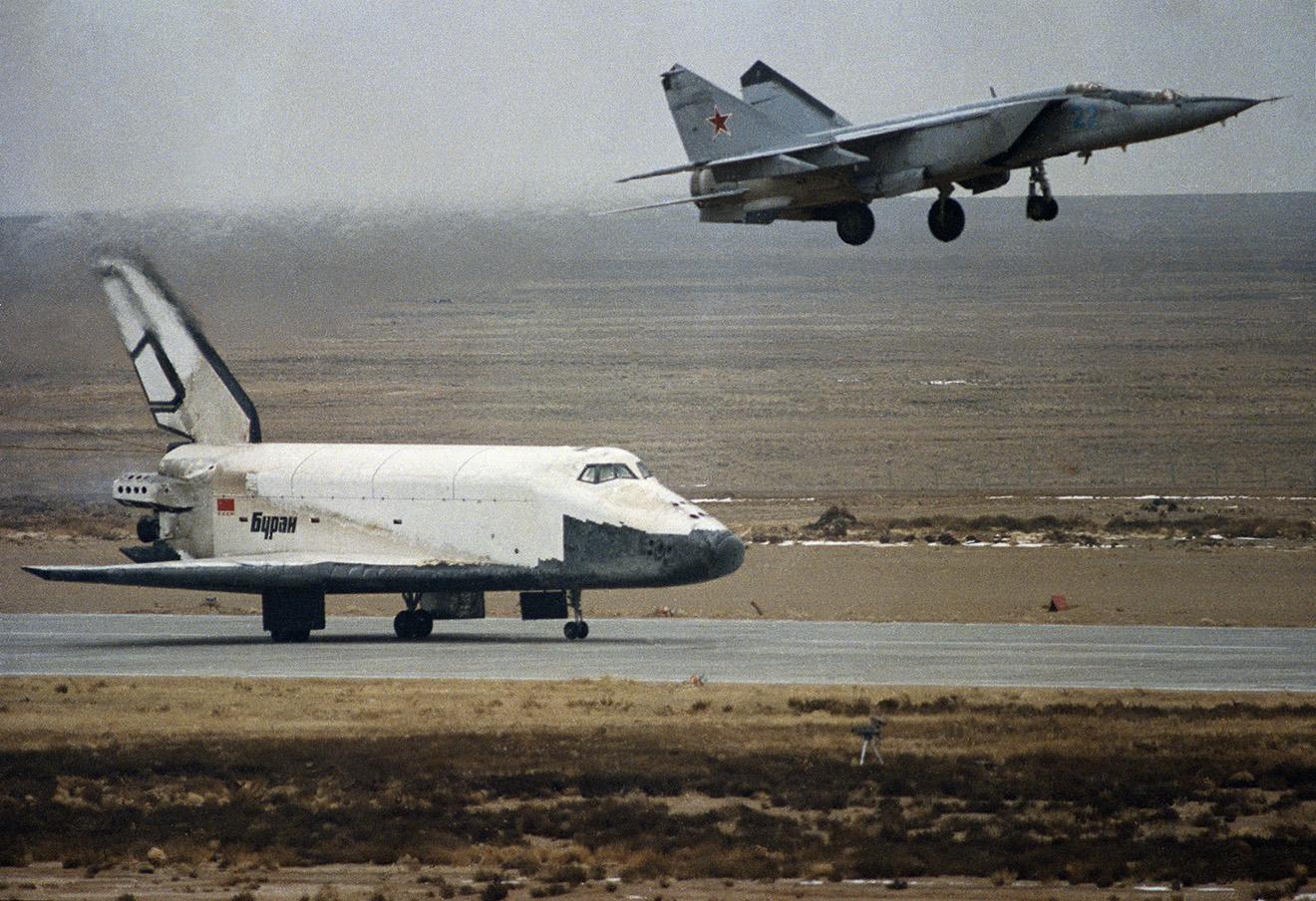 Посадка советского орбитального самолета «Буран», 1988 год.